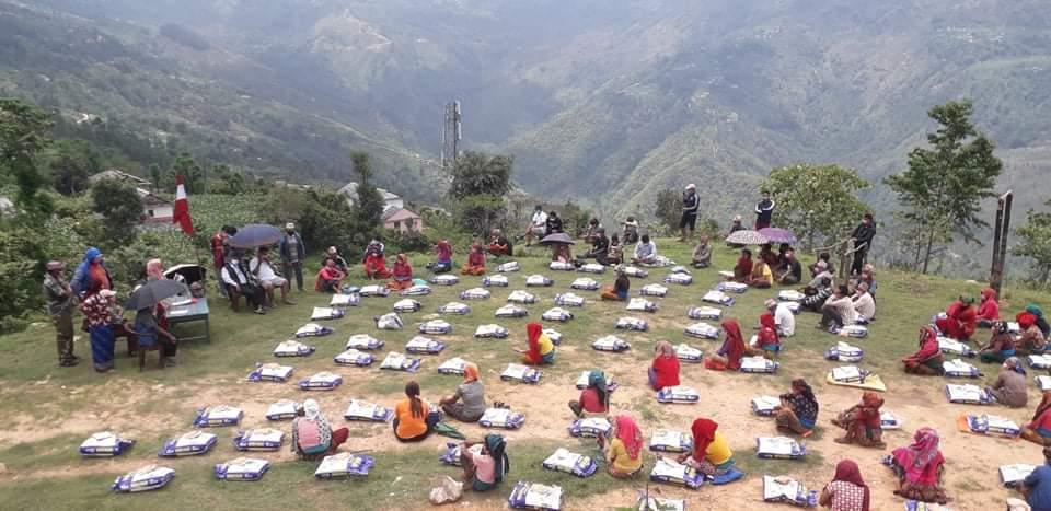 नेपाली कांग्रेस अर्जुनचौपारी वडा नम्बर ४ द्वारा १५० घरधुरीलाई खाद्यसामग्री वितरण